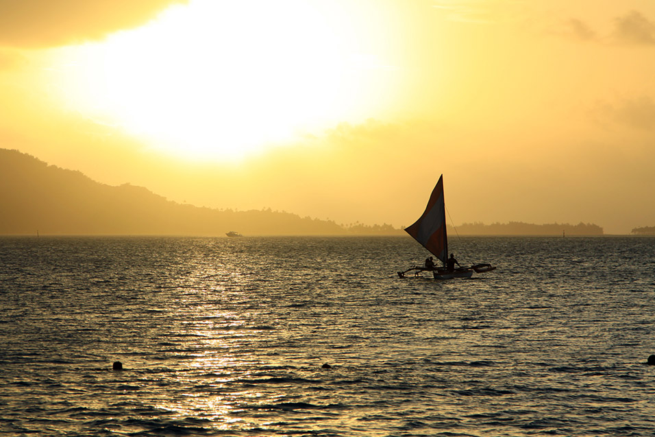bora_bora/bora_sunset_golden_sail
