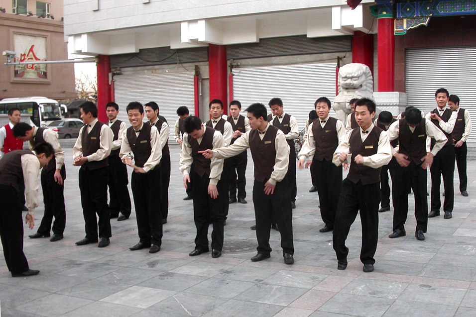 china/2004/beijing_waiters