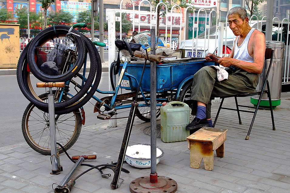 china/2006/beijing_bike_repair_guy