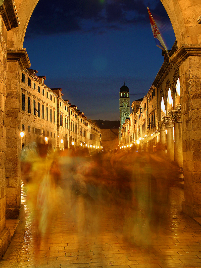 croatia/dubrovnik_south_gate_night_crowd