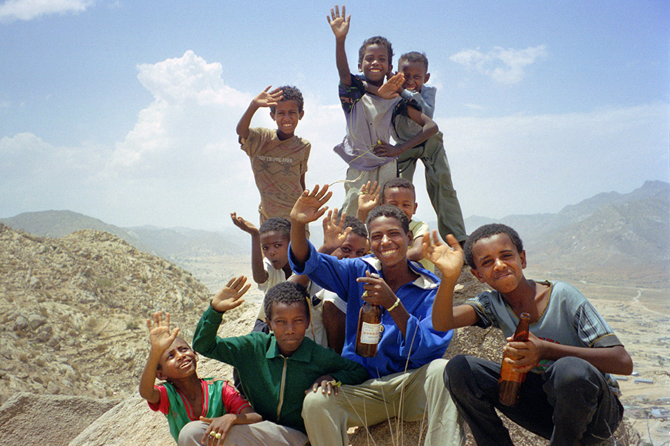 eritrea/karen_hike_kids_waving