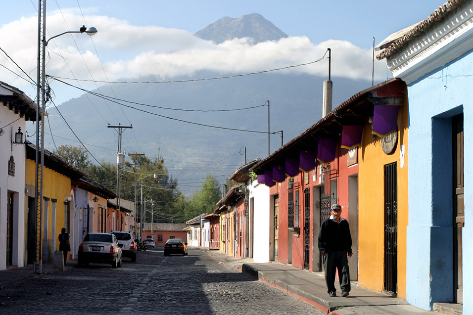 guatemala/antigue_volcano_street
