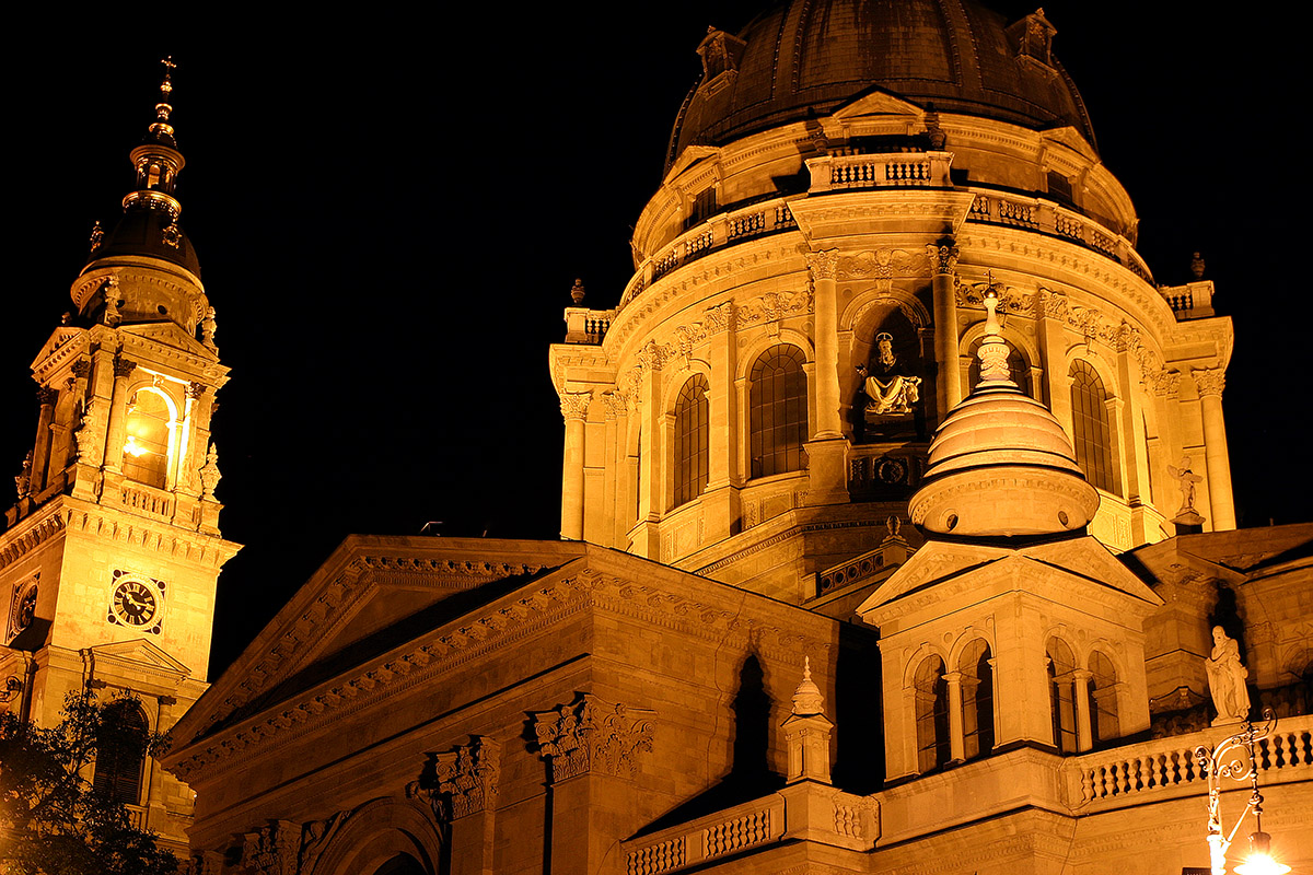hungary/pest_church_close_night