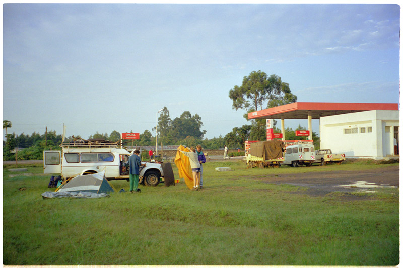 kenya/total_gas_station_tearing_down_camp