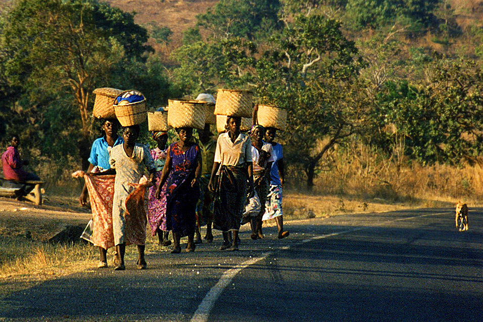 malawi/malawi_women_baskets